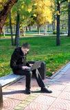 Mężczyzna Pracuje na laptopie przy parkiem Zdjęcia Royalty Free