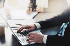 Mężczyzna pracuje na laptopie w biurze Pojęcie interneta interconnection i udzielenie fotografia royalty free