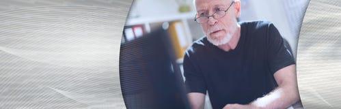 Mężczyzna pracuje na laptopie w biurze sztandar panoramiczny obrazy stock