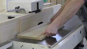 Mężczyzna pracuje na maszynie zbiory