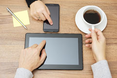 Mężczyzna pracuje na pastylka komputerze i pijący kawę, kobieta jest Obraz Royalty Free