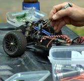 Mężczyzna pracuje na radiowym kontrolowanym zapluskwionym samochodu modelu Obraz Stock