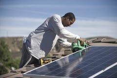 Mężczyzna Pracuje Na Słonecznej lamperii Na dachu Obrazy Stock