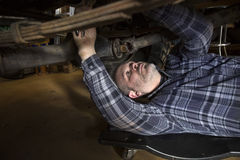 Mężczyzna pracuje na samochodzie Obraz Royalty Free
