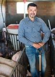Mężczyzna pracuje na zwierzęcym gospodarstwie rolnym Obrazy Royalty Free