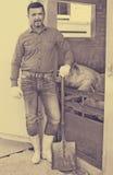 Mężczyzna pracuje na zwierzęcym gospodarstwie rolnym Fotografia Royalty Free