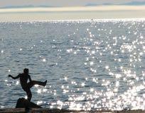 Mężczyzna pracuje out na Jeziornym Baikal, ROSJA - Obraz Stock