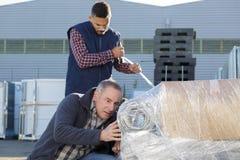 Mężczyzna pracuje outdoors fabrykę Zdjęcie Royalty Free