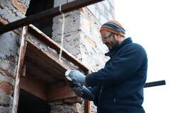 Mężczyzna pracuje przy konstrukcja budynkiem fotografia stock