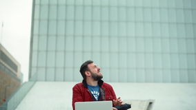 Mężczyzna Pracuje przy laptopem na ulicie w Złej pogodzie Zdjęcie Royalty Free