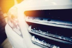Mężczyzna pracuje samochodowego obmycia zakończenie w górę samochodu czyści obrazy royalty free