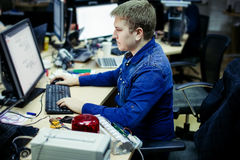 Mężczyzna pracuje w biuro przodzie komputer stacjonarny Zdjęcia Royalty Free