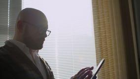 Mężczyzna pracuje w biurze z pastylką Ludzie biznesu rozwija biznesowego projekt i analizuje targową dane informację zbiory