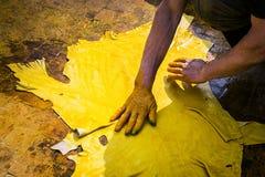 Mężczyzna pracuje w garbarni Obraz Royalty Free