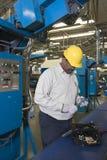 Mężczyzna Pracuje W Gazetowej fabryce Obrazy Stock