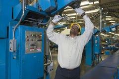 Mężczyzna Pracuje W Gazetowej fabryce Fotografia Royalty Free