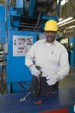 Mężczyzna Pracuje W Gazetowej fabryce Zdjęcia Stock