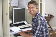 Mężczyzna pracuje w ministerstwie spraw wewnętrznych obraz stock