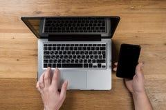 Mężczyzna pracuje w nowożytnym biurze z laptopem Odgórny widok obraz royalty free