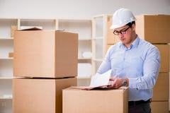 Mężczyzna pracuje w pudełkowatej doręczeniowej przeniesienie usługa zdjęcia royalty free