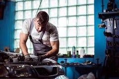 Mężczyzna pracuje w samochodowym warsztacie obrazy stock