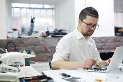 Mężczyzna Pracuje z elektronika obrazy stock