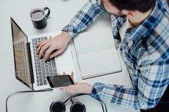 Mężczyzna pracuje z laptopem, odgórny widok Zdjęcie Royalty Free