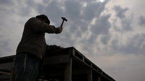 Mężczyzna pracuje z młoteczkowym panoramicznym strzałem przeciw słońcu zbiory wideo