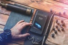 Mężczyzna pracuje z smartphone Fotografia Stock