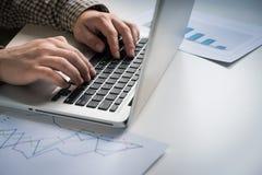 Mężczyzna pracy przy laptopem Zdjęcie Stock