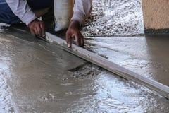 Mężczyzna pracy tynku Podłogowy cement Obrazy Stock