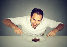 Mężczyzna pragnienia jedzenia funta słodki tort zdjęcie royalty free