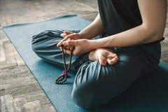 Mężczyzna praktyki joga Zdjęcia Royalty Free