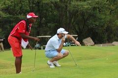 Mężczyzna pro golfista Richard Sterne sizing up jego stawiającego dalej Listopad 201 Fotografia Stock