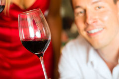 Mężczyzna probierczy wino w tło baryłkach Obrazy Royalty Free