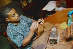 Mężczyzna produkuje cygara przy fabryką w Panir del Rio, Kuba zdjęcie royalty free