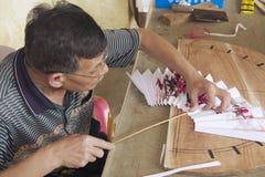 Mężczyzna produkuje tradycyjni chińskie fan w Yangshuo, Chiny Obraz Stock