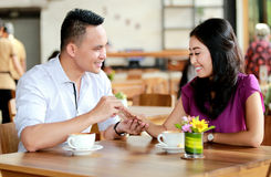 Mężczyzna proponujący jego dziewczyna podczas datowanie Obrazy Royalty Free