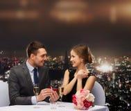 Mężczyzna proponuje jego dziewczyna przy restauracją Fotografia Stock