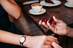 Mężczyzna proponuje jego kobiety filiżanką kawy fotografia royalty free