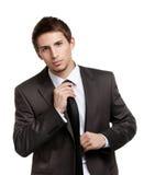 Mężczyzna prostuje jego krawat Fotografia Royalty Free