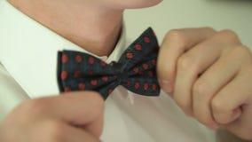 Mężczyzna prostuje jego krawat z bliska zdjęcie wideo