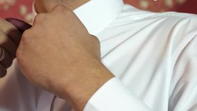 Mężczyzna prostuje krawata zamknięty up muzyk przygotowywa dla występu Mężczyzna prostuje jego krawat Ubierający potomstwa zbiory wideo