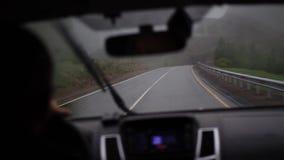 Mężczyzna prowadnikowa samochodowa halna droga zdjęcie wideo