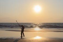 Mężczyzna przędzalniany słup na plaży Obrazy Stock