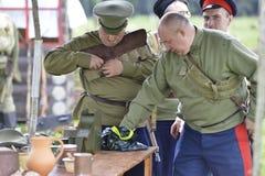 Mężczyzna przeładowywają broń Obraz Royalty Free