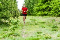Mężczyzna przecinającego kraju bieg na śladzie Zdjęcie Stock