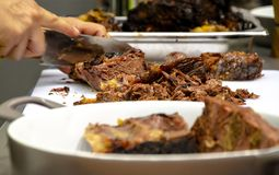 Mężczyzna przecinanie gotujący mięso zdjęcie royalty free