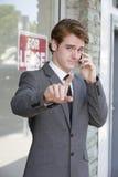 Mężczyzna przed sklepem na telefonie Fotografia Royalty Free