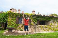Mężczyzna przed typowym włoskim starym gospodarstwem rolnym zdjęcia stock